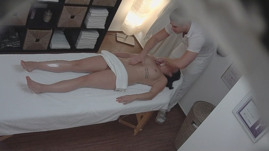 Brunette bekommt eine Happy-End-Massage