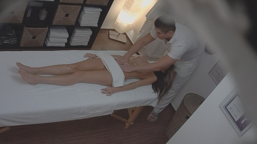 Beauty gets her pussy massaged