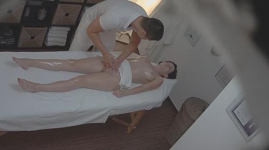 Brunette loves the massage