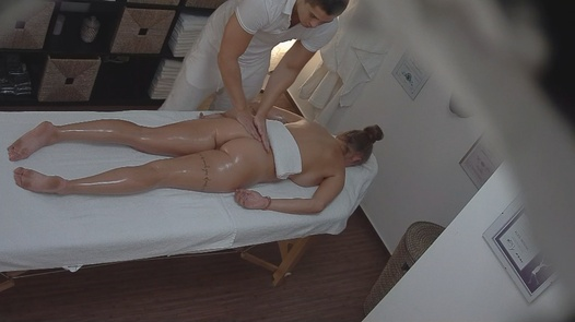 Busty beauty gets an erotic massage
