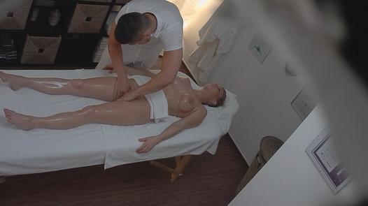 Blondes Modell auf der Massage 2