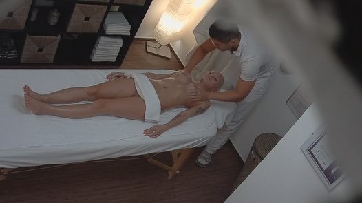 Blonde Model kam für eine Massage