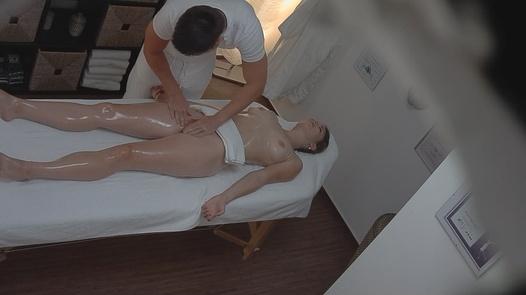 Cute blonde bekommt eine Massage
