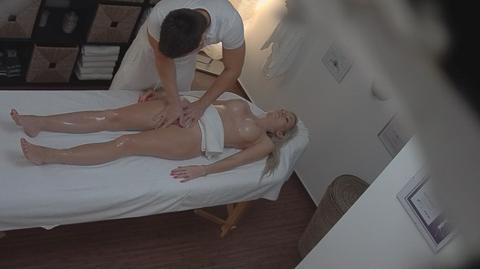 Model gets her pussy massaged