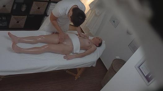 Brunette enjoy the pussy massage