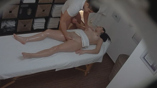 Sexy MILF blows the masseuse