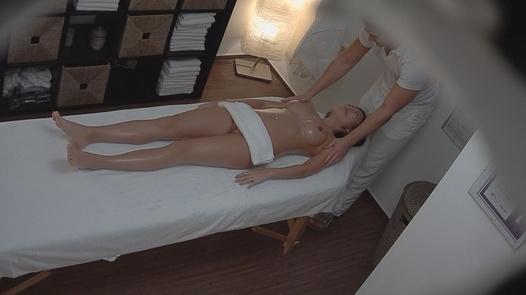 Asian gets an erotic massage