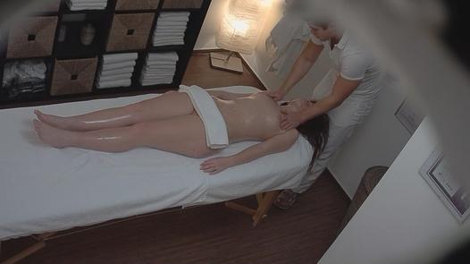 Brunette enjoys a pussy massage | Czech Massage 123