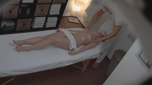 Blondýna přišla na erotickou masáž 2