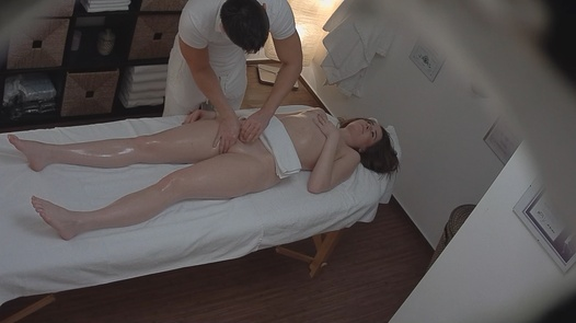 Brunette liebt die Massage 4