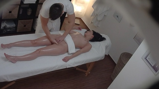 Beauty gets fingered on a massage