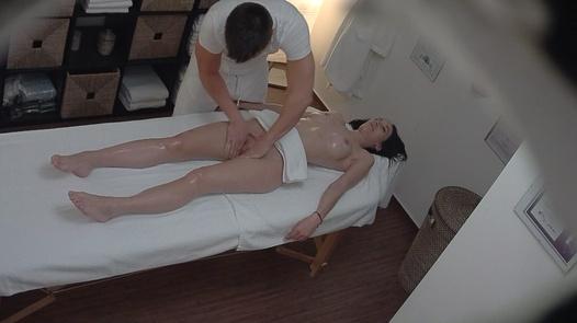 Vollbusiges Modell auf einer Massage