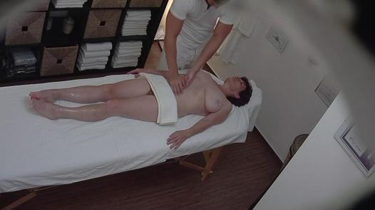 Vollbusige reife Dame auf einer Massage