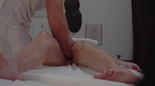 Bruneta vyprstěná na masáži 3