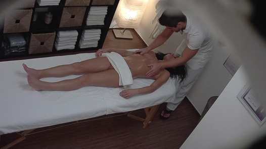 Černovláska šuká na masáži | Czech Massage 238