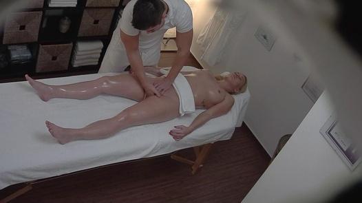 Blondýna dostane anální masáž | Czech Massage 281