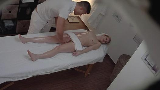 Blonde kam für eine erotische Massage 3