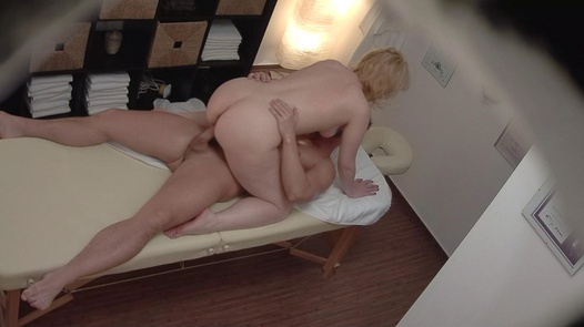 Blonde MILF gets the massage of her dreams