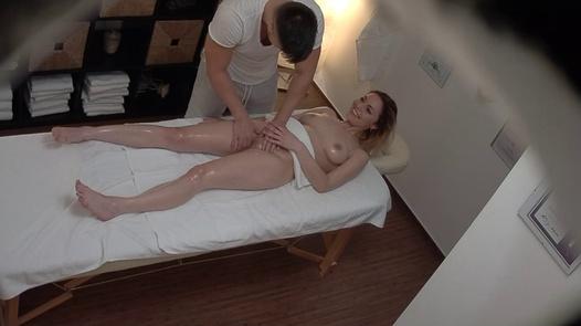 Blonde Schönheit kam für eine Massage