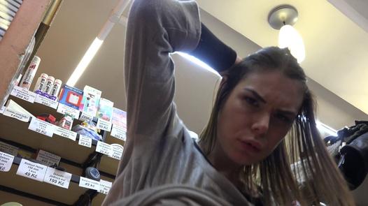 Das Mädchen mit der Handtasche schluckt gerne | Czech Pawn Shop 1