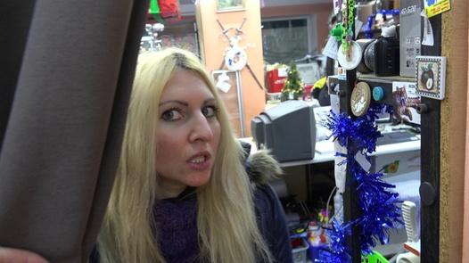 Die vollbusige Blondine muss die Miete bezahlen | Czech Pawn Shop 3