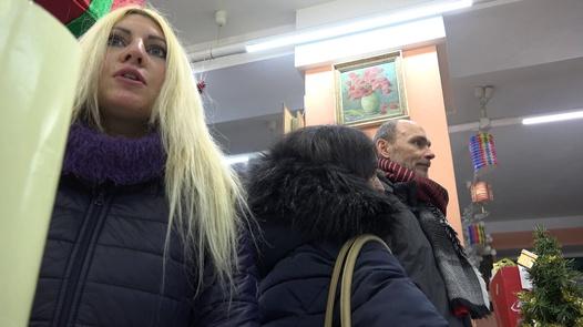 Die vollbusige Blondine muss die Miete bezahlen