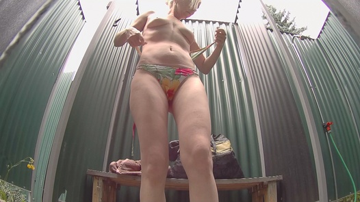 Mature blonde washes her pussy | Czech Pool 48