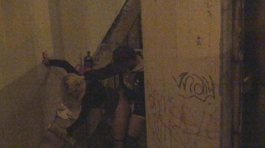 Prostituierte ertappt sich redend
