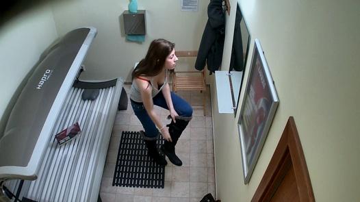 18 Jahre reibt sich ihre Muschi im Solarium 2 | Czech Solarium 140