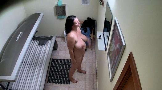 MILF with big tits in solarium 2
