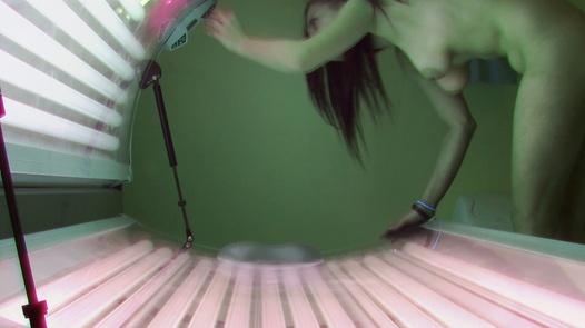 Teen spielt mit ihrer Muschi im Solarium | Czech Solarium 374
