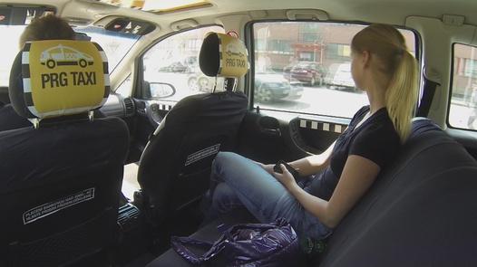 Junge Blondine fickt auf dem Weg zur Arbeit | Czech Taxi 5