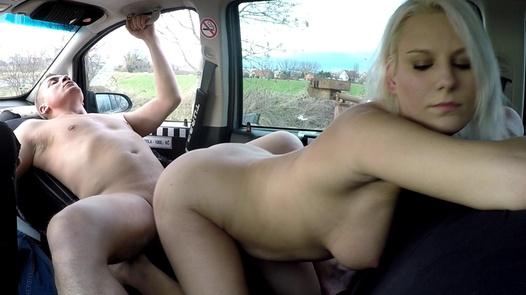Vollbusige blonde Miezekatze