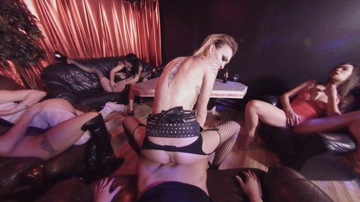 Freak house: The beauty with double pussy in 180° | X Virtual 44