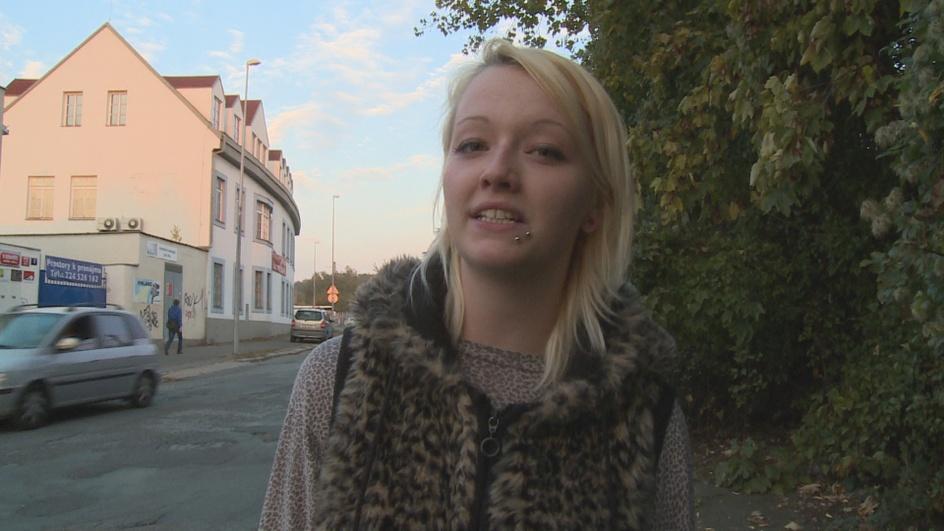 Studentka obtěžuje pány na ulici
