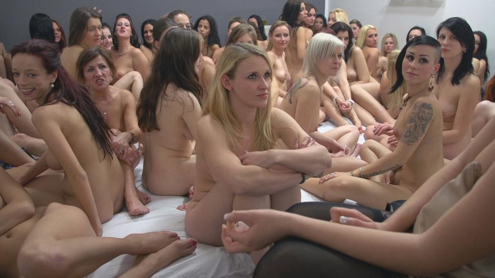 Толпа девок на кастинге на главную роль в порно — photo 11