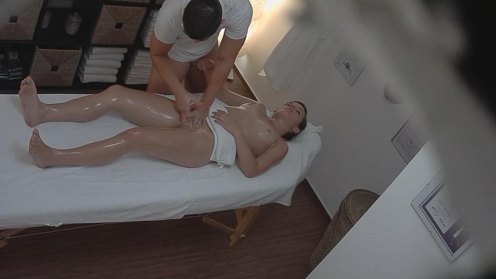 В русском массажном салоне скрытая камера, ладошками имеют секс