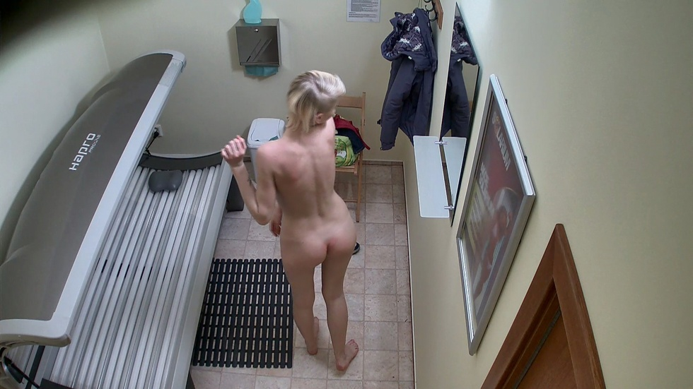 short-hair-naughty-voyeur-house-cams-blonde